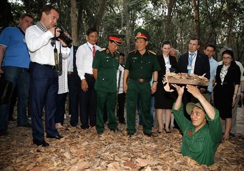 Thủ tướng Nga Medvedev đội mũ tai bèo  - ảnh 3