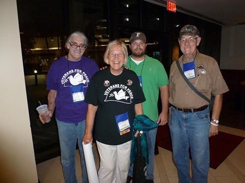 Ông Camil và các thành viên của tổ chứcCựu binh vì Hòa bình Mỹ. Ảnh:gainesvilleiguana