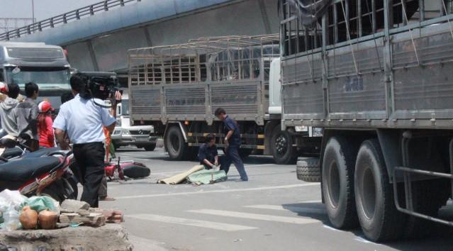 Dừng đèn đỏ bị xe tải đâm tử vong - ảnh 1