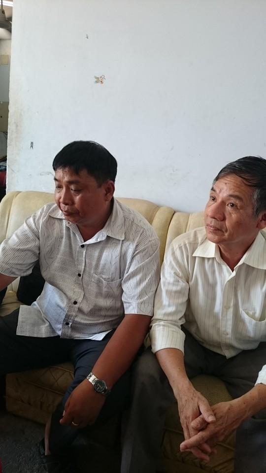 Ông Nguyễn Văn Thi, cha anh Tú, thẫn thờ chờ đón con.