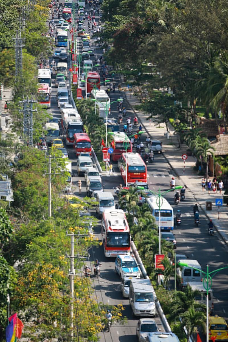 Giao thông Nha Trang 'náo loạn' vì du khách - ảnh 1