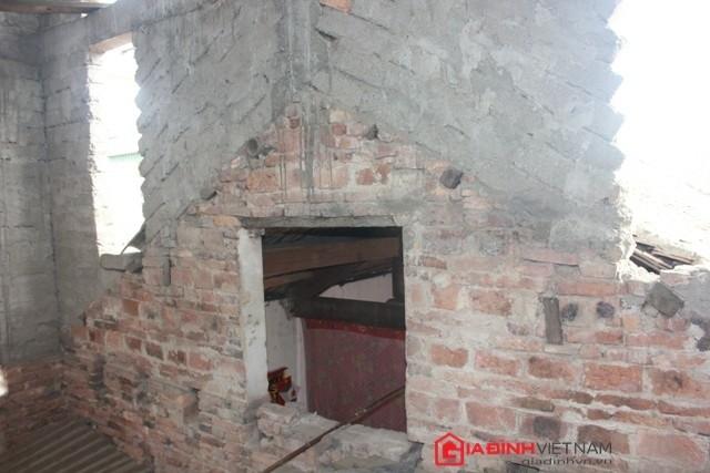 Phần tường được xây chắp nối từ ngôi nhà cũ