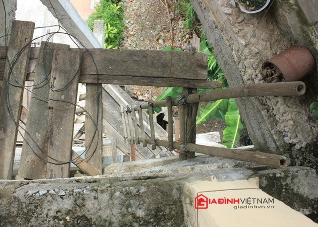 Ván cốp-pha và những chiếc thang tre theo thời gian cũng ải mục