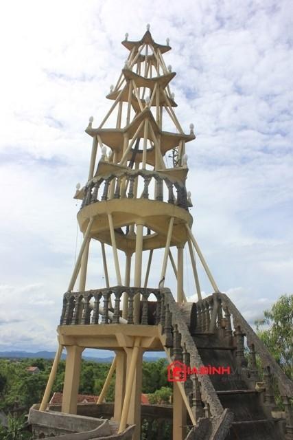 Ngôi nhà được thiết kế 3 tầng, và một tháp cao trên sân thượng