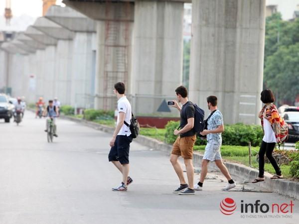 Dỡ cầu đi bộ, hàng trăm sinh viên phải băng qua đường giờ nguy hiểm - ảnh 10