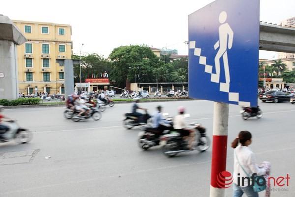 Dỡ cầu đi bộ, hàng trăm sinh viên phải băng qua đường giờ nguy hiểm - ảnh 12