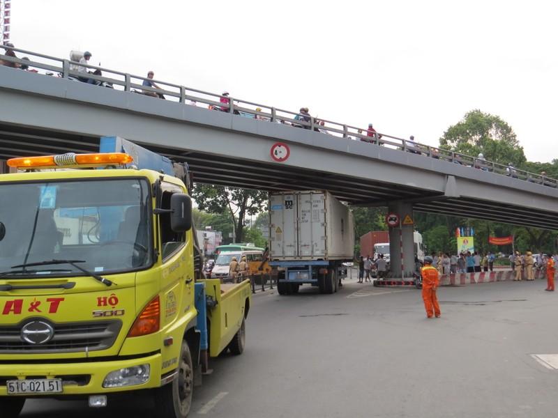 Hai xe container 'mắc nạn' ở khu vực cầu vượt Lăng Cha Cả - ảnh 1