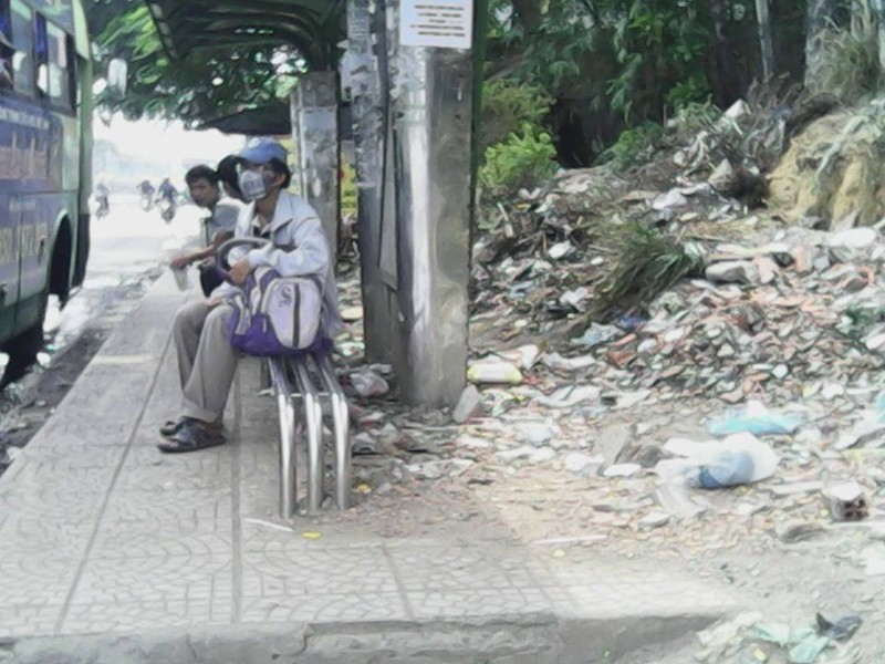 """Không có thùng rác, trạm xe buýt """"như bãi chiến trường"""" - ảnh 8"""