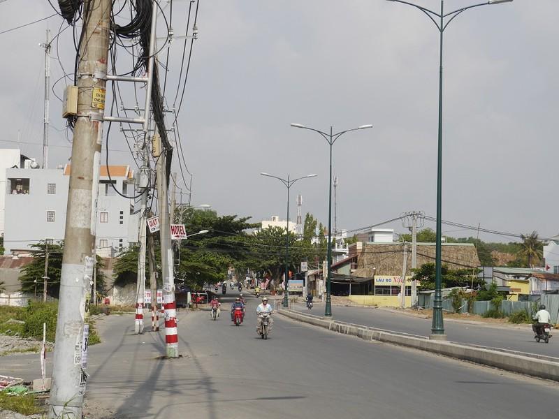Hàng cột điện án ngữ giữa đường ai đi qua cũng phải giật mình  - ảnh 2