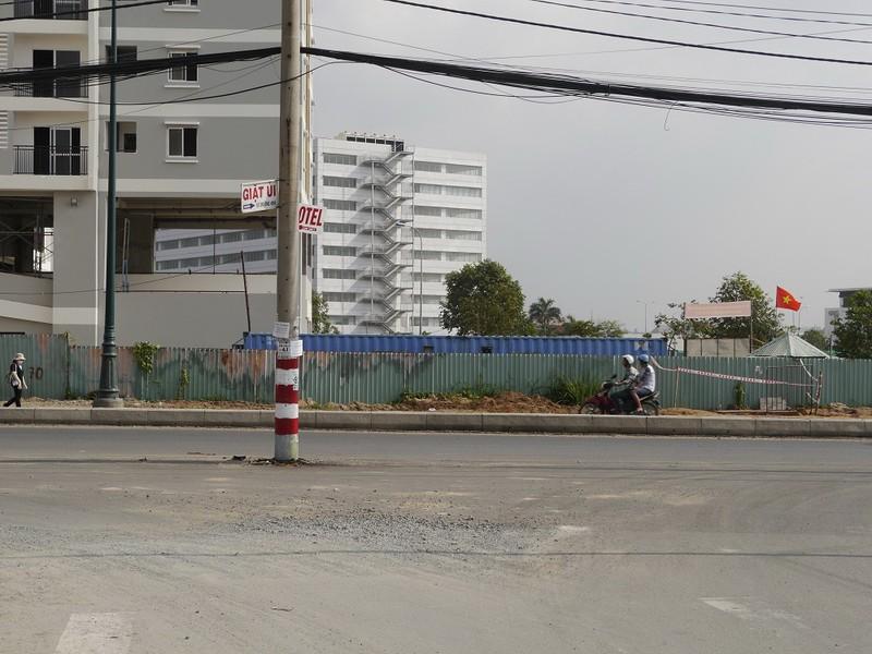 Hàng cột điện án ngữ giữa đường ai đi qua cũng phải giật mình  - ảnh 4