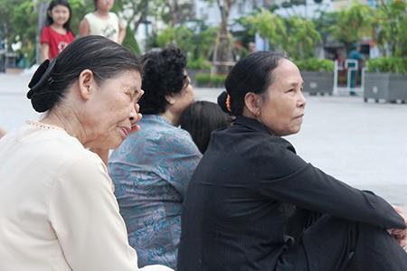 Người dân TP.HCM về xem tượng đài Bác Hồ  - ảnh 6