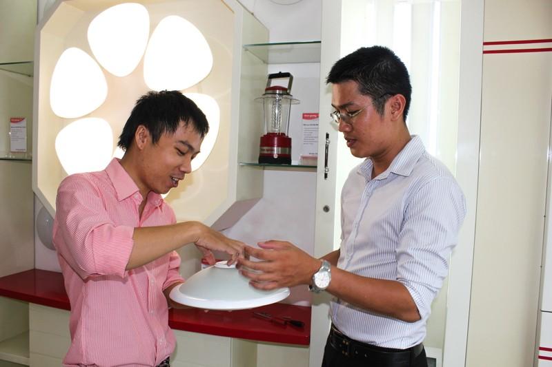 """Ra mắt đèn LED cảm ứng """"made in Vietnam"""" - ảnh 1"""