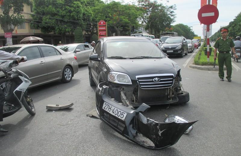 Xe Fortuner tông rớt bánh xe con, gãy cột điện rồi lật ngửa - ảnh 2