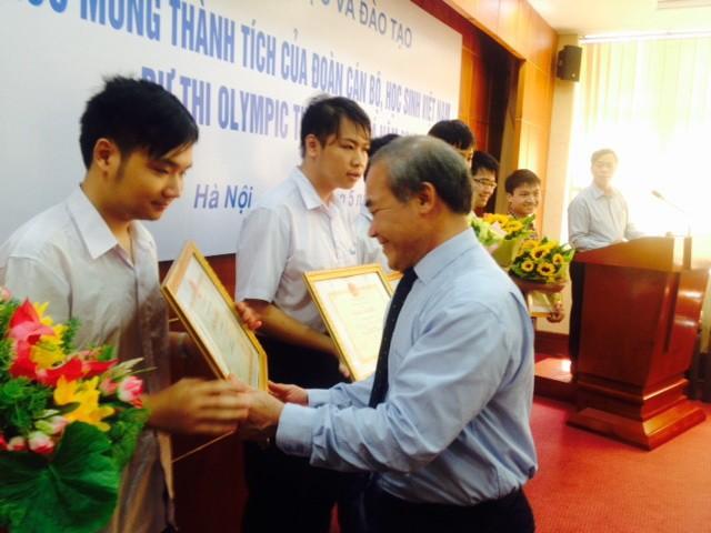 Khen thưởng học sinh đạt giải Olympic tin học châu Á - ảnh 1