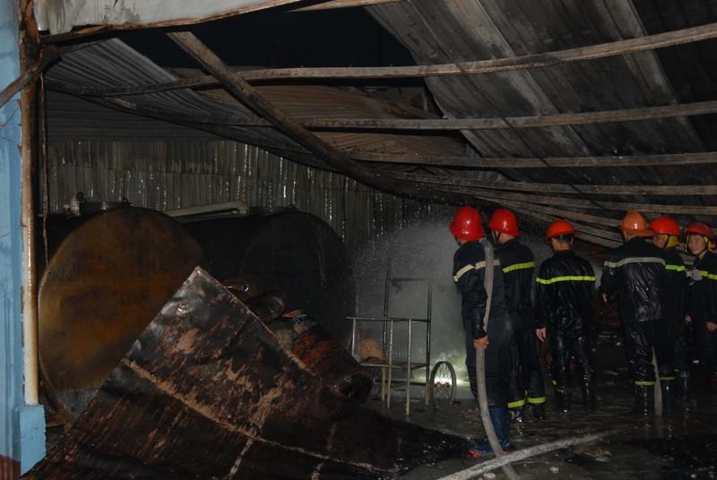 Cháy nổ ở kho chứa cồn, nhiều người bỏ chạy - ảnh 1