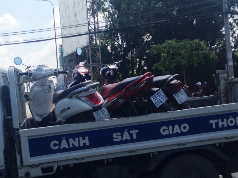 Container ủi xe ô tô 4 chỗ đâm 3 xe máy, 4 người bị thương - ảnh 2