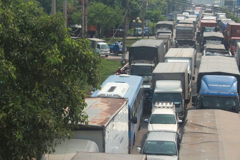 """Xe container """"đại náo"""" quốc lộ 1, giao thông tê liệt - ảnh 8"""