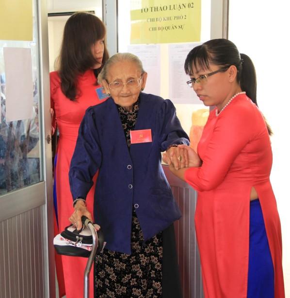 Xúc động hình ảnh cụ già 95 tuổi đi dự đại hội Đảng  - ảnh 1