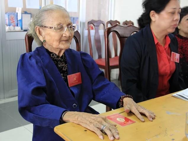 Xúc động hình ảnh cụ già 95 tuổi đi dự đại hội Đảng  - ảnh 3