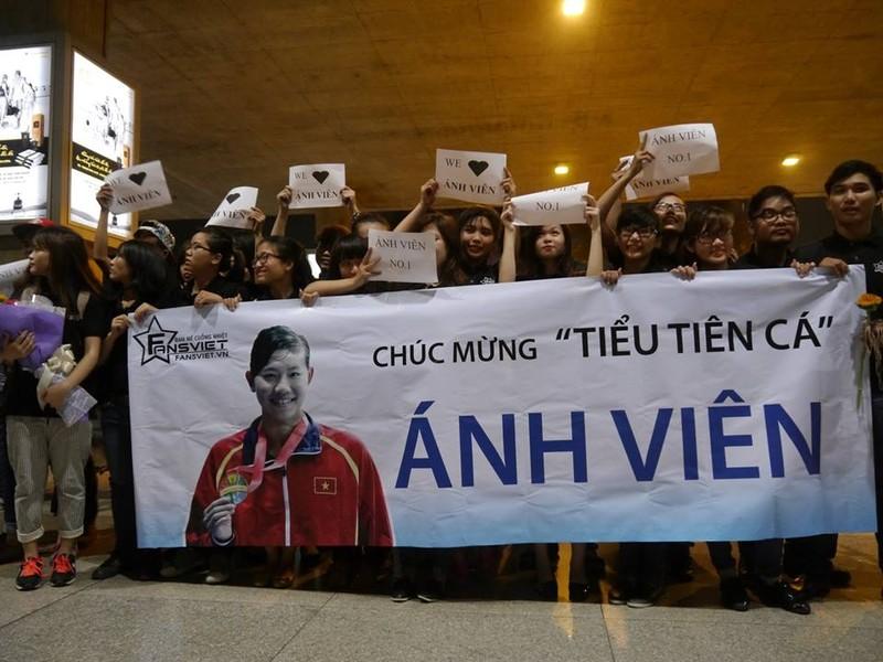 Người hâm mộ hân hoan chào đón Ánh Viên tại sân bay Tân Sơn Nhất - ảnh 2