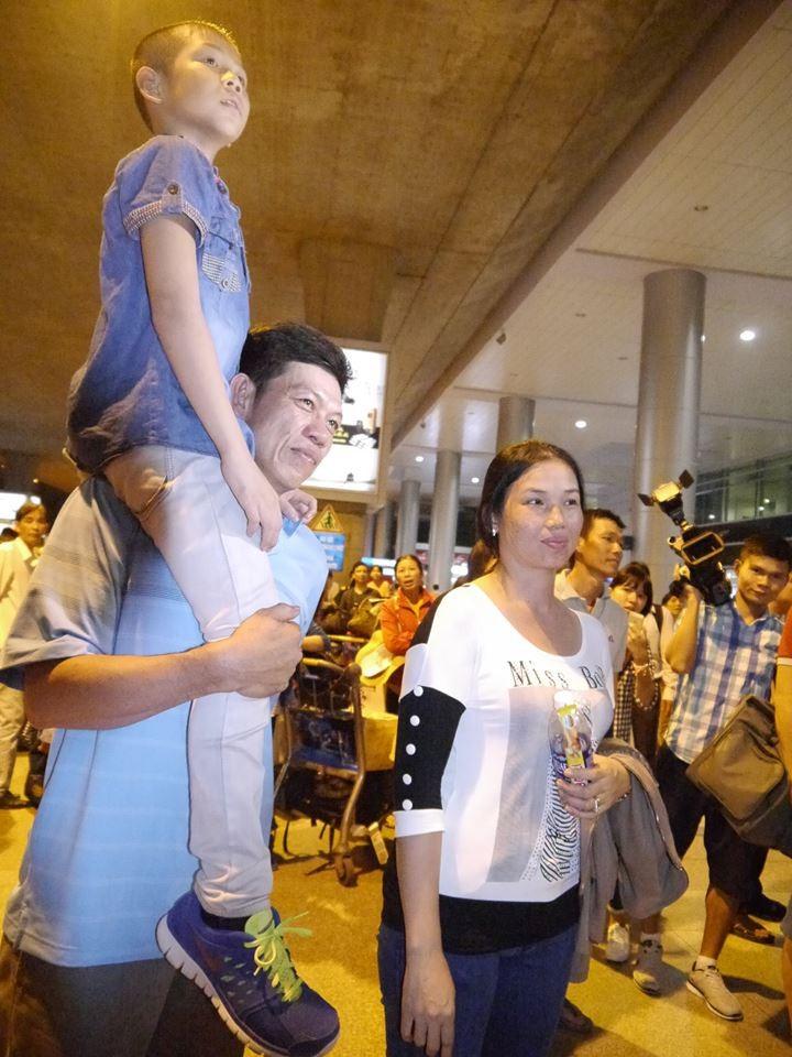 Người hâm mộ hân hoan chào đón Ánh Viên tại sân bay Tân Sơn Nhất - ảnh 3