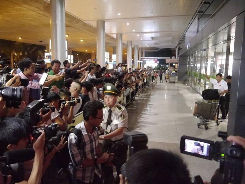 Người hâm mộ hân hoan chào đón Ánh Viên tại sân bay Tân Sơn Nhất - ảnh 4
