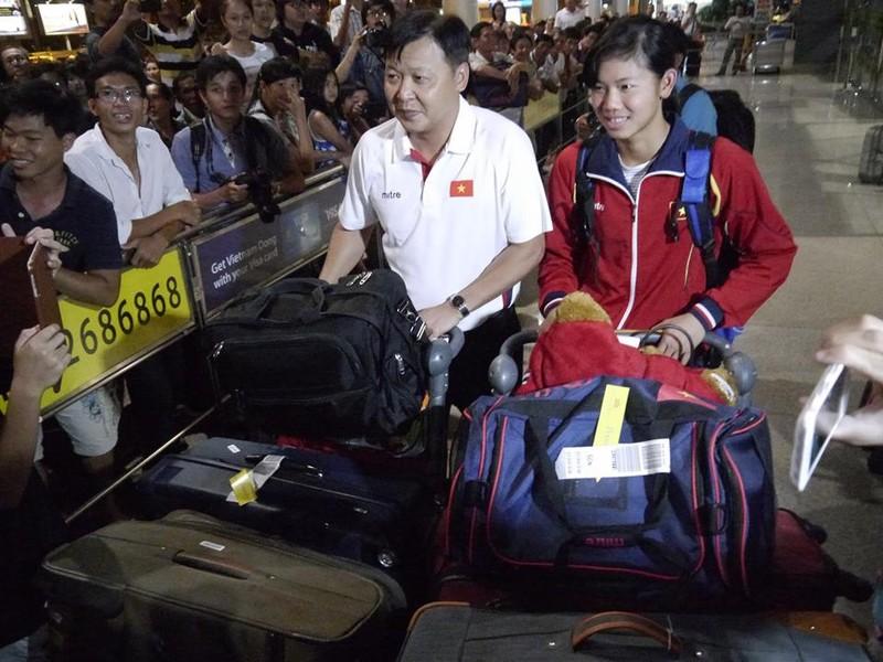 Người hâm mộ hân hoan chào đón Ánh Viên tại sân bay Tân Sơn Nhất - ảnh 5