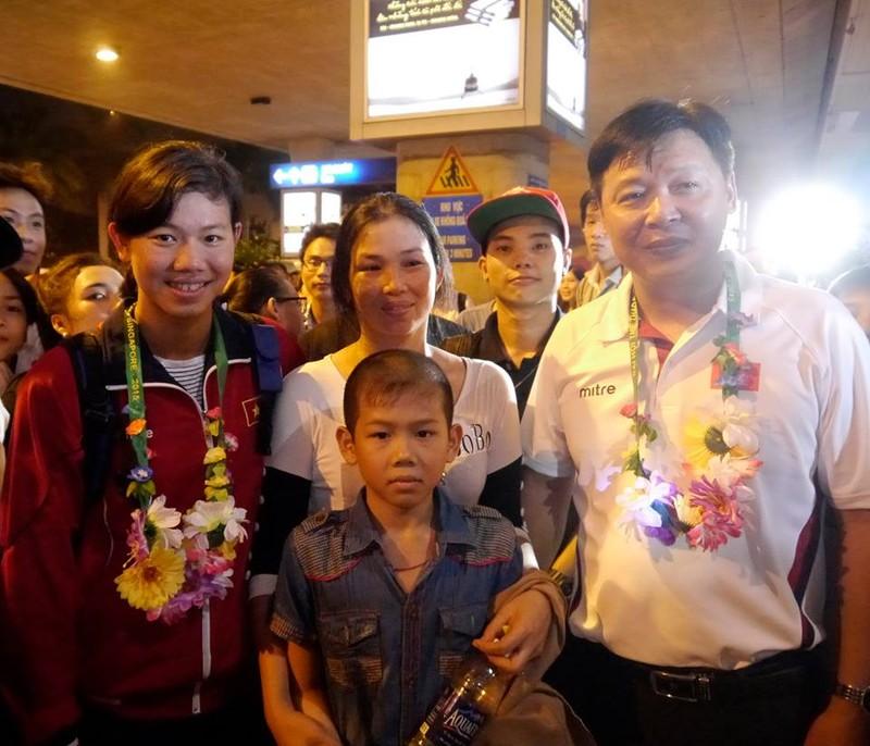 Người hâm mộ hân hoan chào đón Ánh Viên tại sân bay Tân Sơn Nhất - ảnh 9