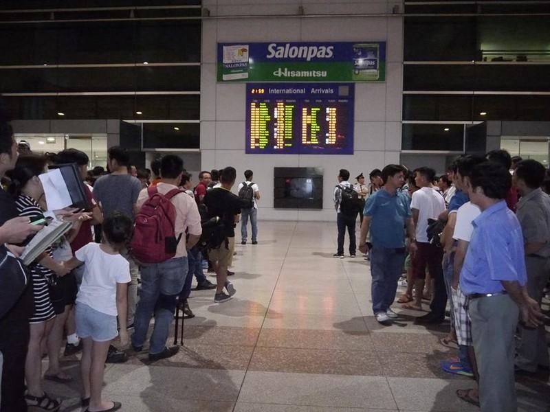 Người hâm mộ hân hoan chào đón Ánh Viên tại sân bay Tân Sơn Nhất - ảnh 1