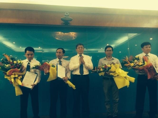 Ông Lê Nam Thắng đã trao quyết định bổ nhiệm ông Phạm Anh Tuấn (thứ hai từ phải qua) làm tổng biên tập báo điện tử Vietnamnet - Ảnh:M.QUANG