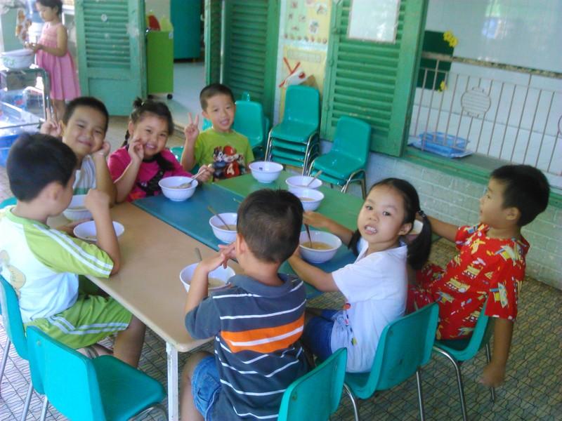Dạy nấu ăn cho trẻ con nhưng thực hành món ăn của … người lớn! - ảnh 1