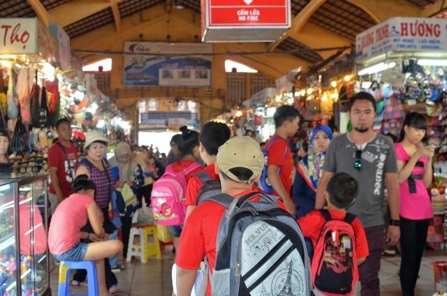 Chùm ảnh: Các bé 'quậy tưng' chợ Bến Thành - ảnh 9