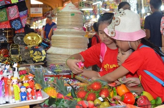 Chùm ảnh: Các bé 'quậy tưng' chợ Bến Thành - ảnh 12