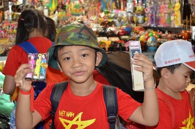 Chùm ảnh: Các bé 'quậy tưng' chợ Bến Thành - ảnh 13