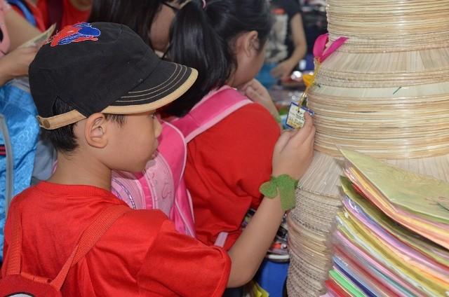 Chùm ảnh: Các bé 'quậy tưng' chợ Bến Thành - ảnh 14
