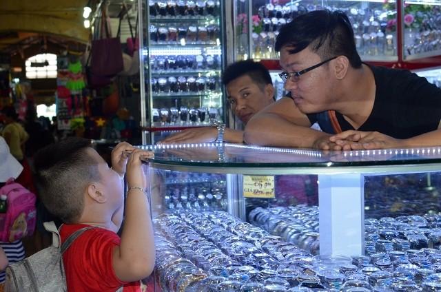Chùm ảnh: Các bé 'quậy tưng' chợ Bến Thành - ảnh 15
