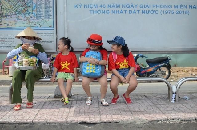 Chùm ảnh: Các bé 'quậy tưng' chợ Bến Thành - ảnh 6