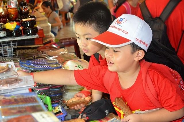 Chùm ảnh: Các bé 'quậy tưng' chợ Bến Thành - ảnh 10