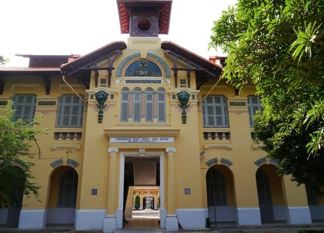 ĐH Sài Gòn - vẻ quyến rũ dịu dàng của ngôi trường trăm tuổi - ảnh 1