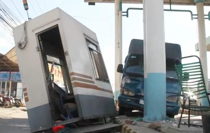 Xe tải tông văng cabin của trạm thu phí - ảnh 1
