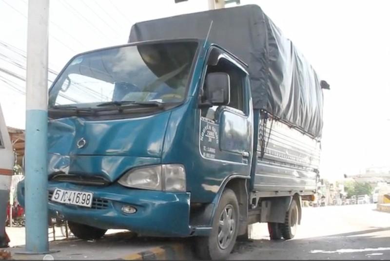 Xe tải tông văng cabin của trạm thu phí - ảnh 2