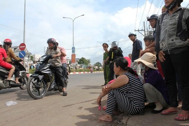 Người dân bỏ việc ra hiện trường theo dõi thực nghiệm vụ thảm sát ở Bình Phước  - ảnh 3