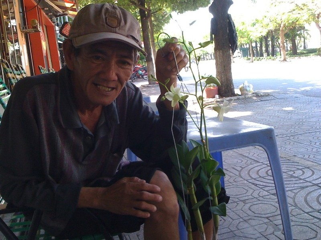 Người đàn ông bán hoa lan trắng mỗi mùa Vu Lan về - ảnh 1