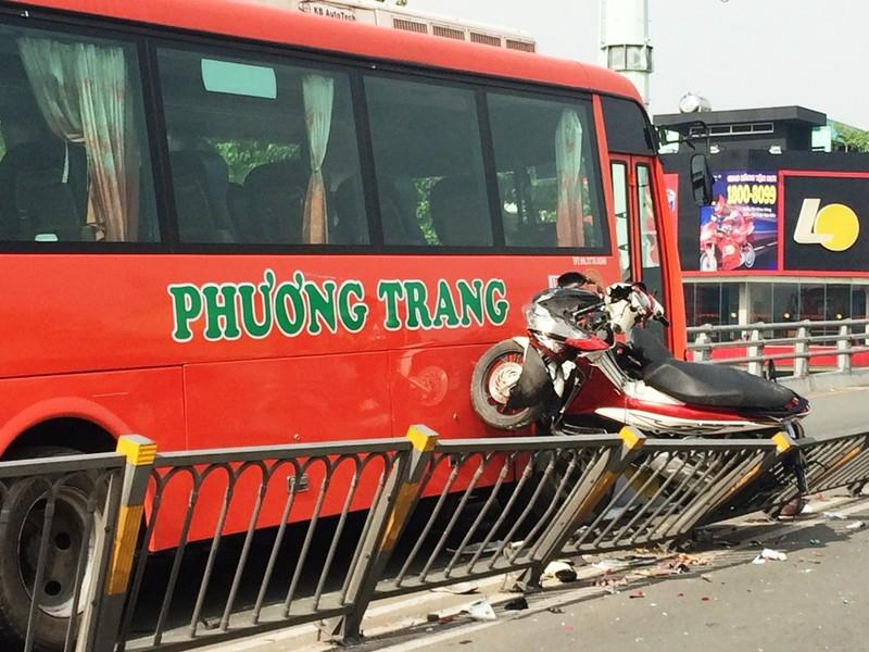 Xe Phương Trang tông hàng loạt xe máy, một người rơi khỏi cầu vượt Cây Gõ - ảnh 1