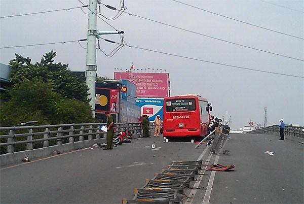 Xe Phương Trang tông hàng loạt xe máy, một người rơi khỏi cầu vượt Cây Gõ - ảnh 2