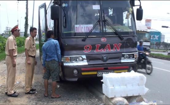 Xe máy va chạm với xe khách hai người thương vong - ảnh 1