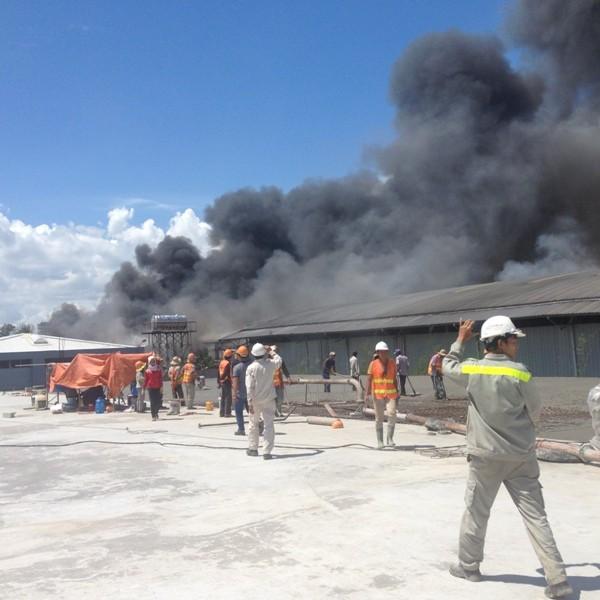 Cháy xưởng gỗ, công nhân ào ào bỏ chạy - ảnh 1