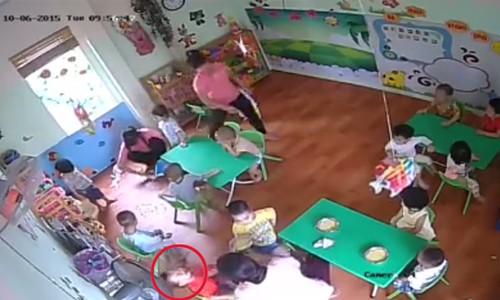 Cháu bé mặc áo đỏ bị cô giáo ôm đầu lắc mạnh, tát vào mặt khi cho ăn
