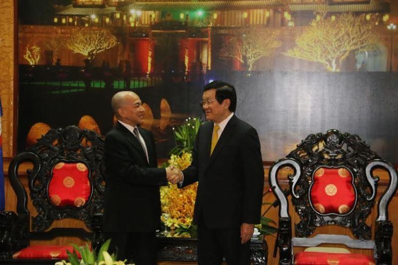 Chủ tịch nước hội kiến thân mật quốc vương Campuchia - ảnh 1