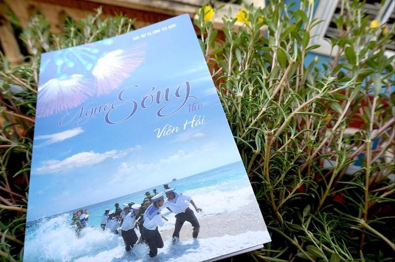 """Đưa 600 tập thơ """"Ngược sóng"""" về biển đảo vào Thư viện Quân đội - ảnh 2"""